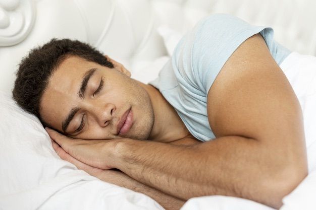 homme dort oreiller frais